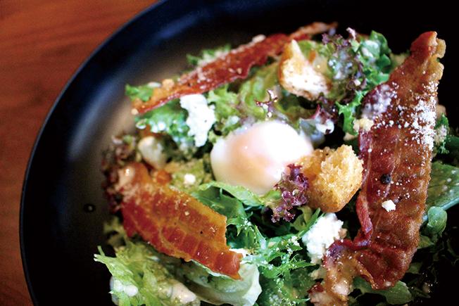温泉卵とクリスピーベーコンのサラダ